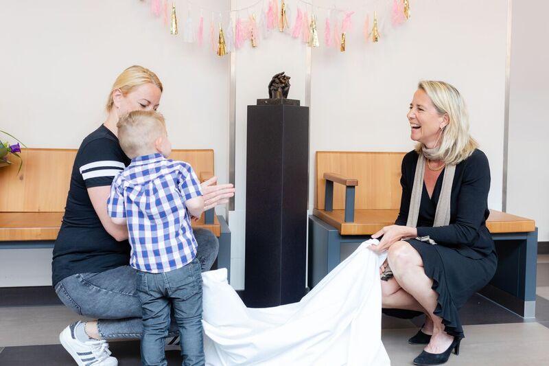 Foss onthult samen met zijn moeder en directeur Reinier de Graaf Carina Hilders het beeld van hun drie handen ter viering van de Gouden Smiley